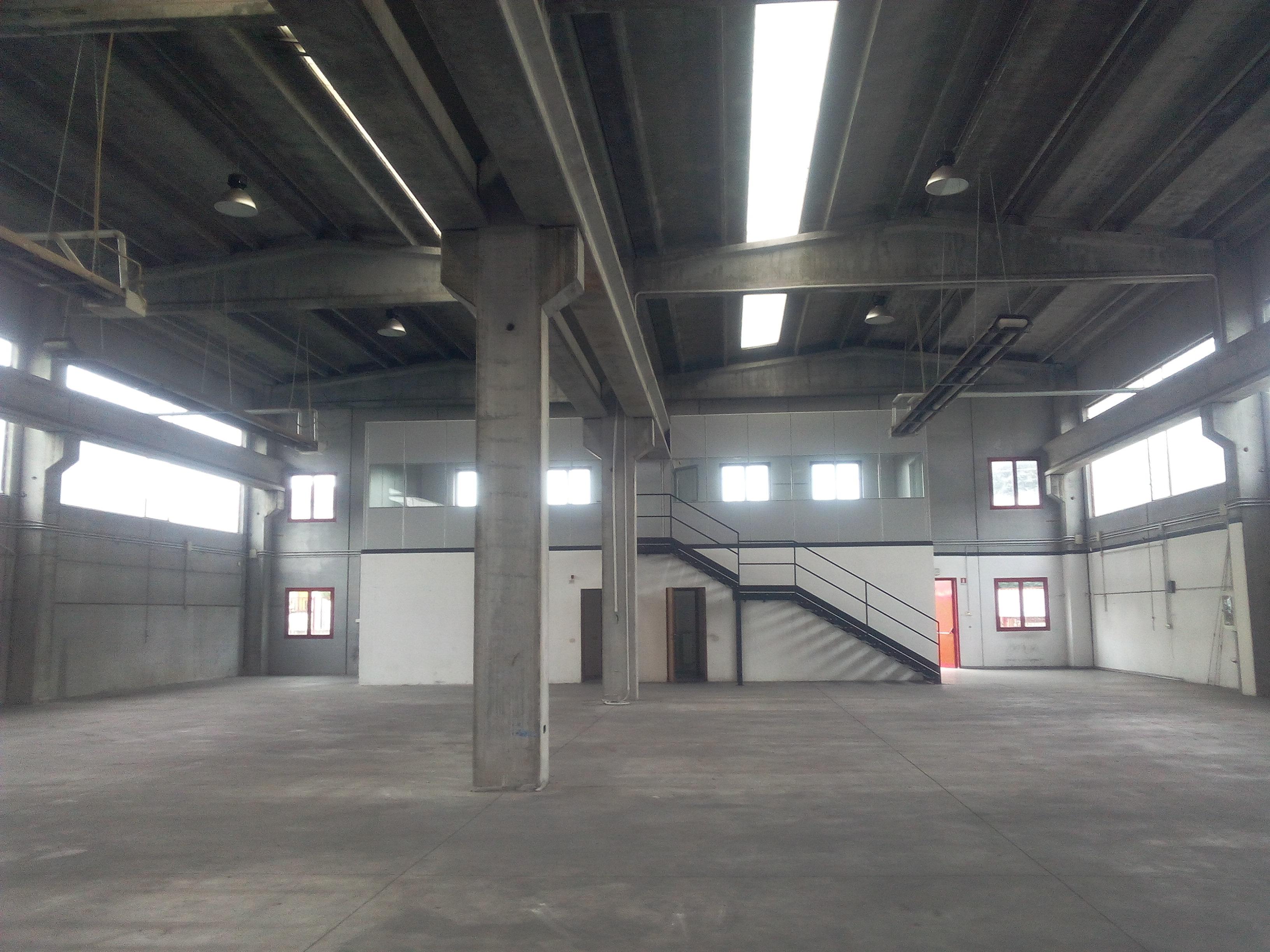 Villasanta – capannone fronte strada con ampia area esterna