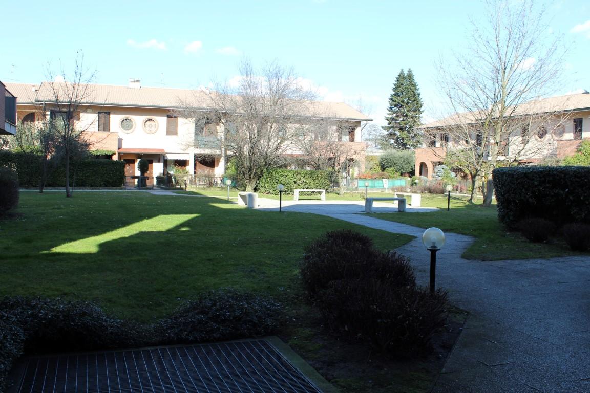Roncello trilocale con ampio giardino condominiale - Giardino condominiale ...