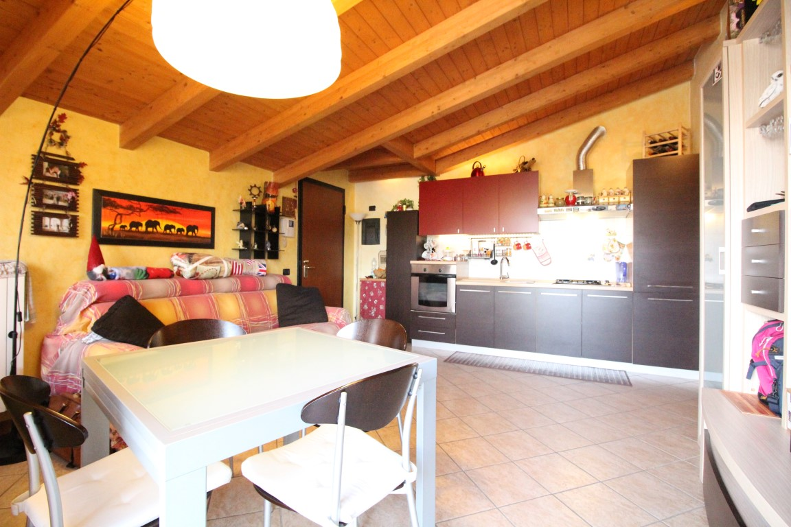 Roncello – Bilocale con cucina a vista e terrazzino