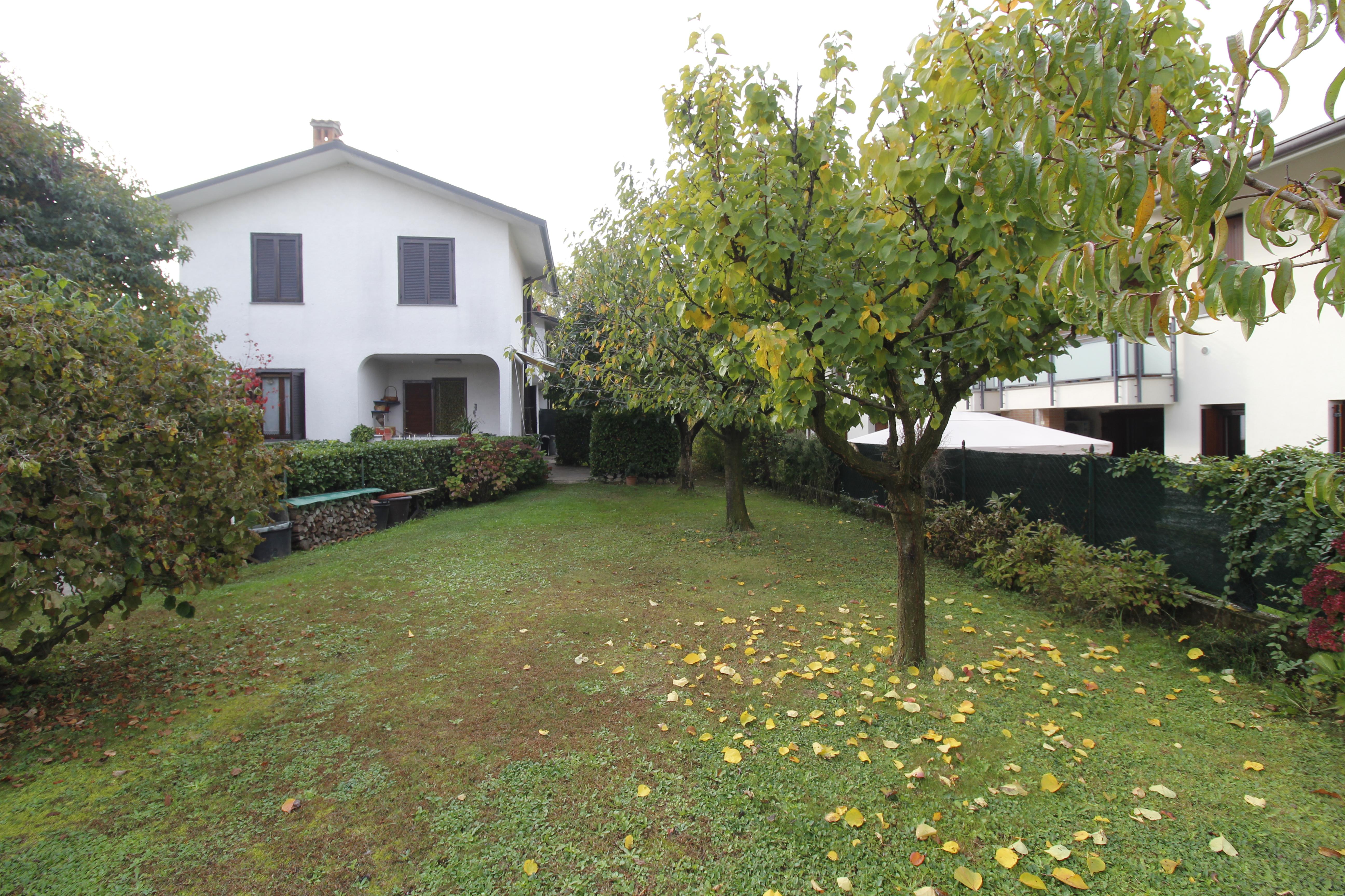 Burago M.ra-Villa bifamigliare con ampio giardino